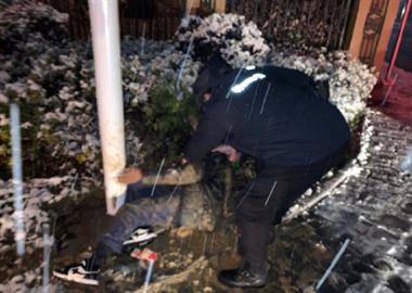 真牛!环翠桥附近一男子醉酒不省人事,直接躺雪地里睡着了…