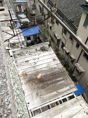 危房5楼掉下石头 吓得老人卧床不起!居委会让我们自己修