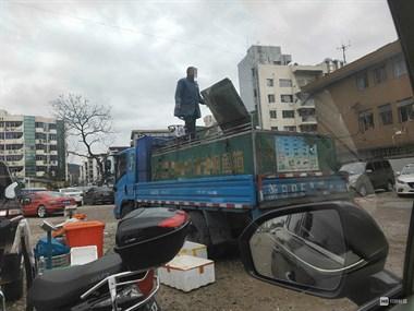 创城中的不文明!停车场有货车长期卖鱼 污水放了一大片