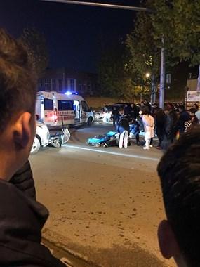 陶艺街两车相撞!电动车卷入大奔车底 镇巴佬被撞倒在地…