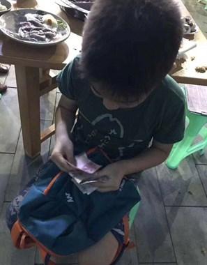 独孤五级!8岁小男孩一个人涮火锅 4个位置轮流坐