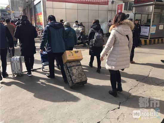 男子行李箱被碰瓷!对方称有艾滋病威胁索要200元
