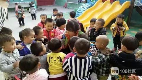 这种家长陪着孩子哭的情况在幼儿园的新生入园接待中司空见惯,造成