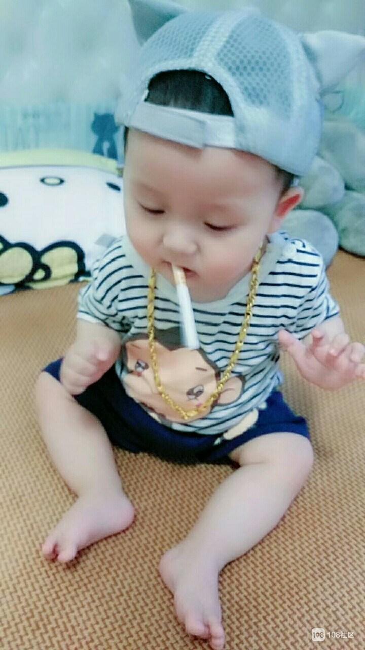 """小宝宝七个月就开始""""混社会"""" 香烟叼嘴里是不是很霸气"""
