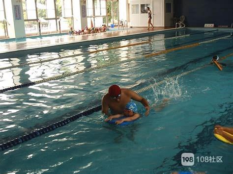 夏天到了,泳池就成了大家的避暑胜地,但是很多人游泳都不喜欢带泳帽