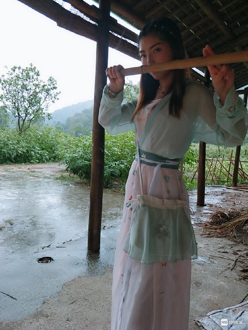 红伞绿衣白裙!进坑村古装美女走旗袍秀 各种节目真热闹!