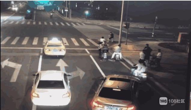 图上我们可以看到,开始宝马车女把电动车移动到人行道上,宝子可能是