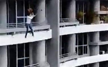 恐怖!女子坐在阳台栏杆自拍,从27楼摔下身亡