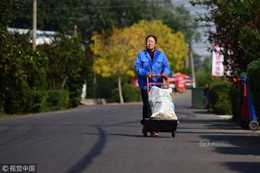 44岁单身拾荒大姐自学英语二十年,曾卖血买教材