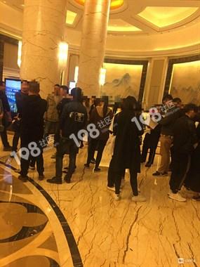 城北一酒店大厅人满为患,还有人拉横幅,警察都来了
