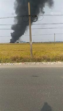 啥情况?三友村一处农田突然着火,黑烟滚滚烧了快1个小时了