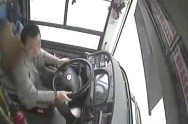[视频]重庆公交坠江原因曝光:乘客与司机争执互殴致车失控