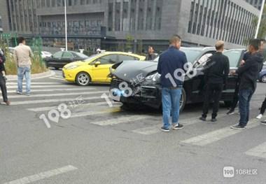 危险!城西一保时捷与丰田相撞,安全气囊全部弹出