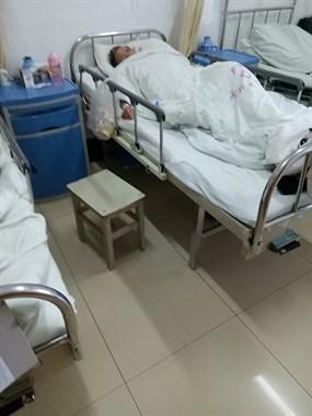 老妈车祸住院10天,我却联系不上车主!据说是有身孕的教师