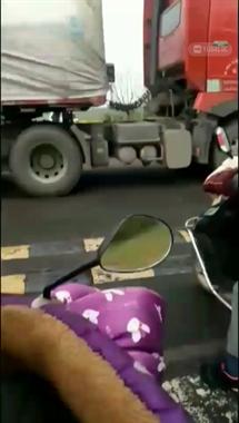 心痛!沥海收费站一十字路口发生车祸,女子脚断裂了血肉模糊