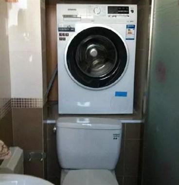 头次见有人把洗衣机设计在马桶上,太聪明了,废水都用来冲厕所
