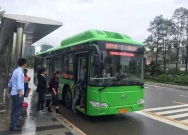 厂车停公交站帮我赶公交,结果没坐上车还被公交司机骂了…