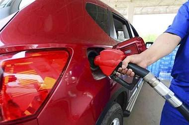 加满油后,加油员说钱凑整再加点。对车有伤害吗?