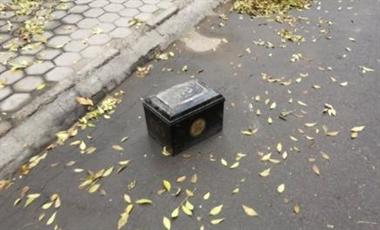 小区停车位上竟然出现了一个骨灰盒!知道原因后真是无语…