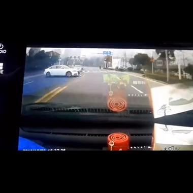 马路杀手太可怕!遇到像这个白色奥迪一样的车主可要当心了