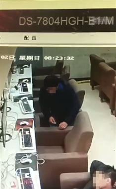网管睡着了男子竟偷偷干这事,监控拍下全过程