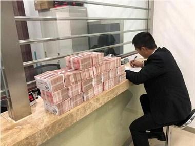 男子欠朋友钱8年不还,房产将被拍卖携50斤现金还钱