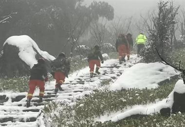 紧急!安吉龙王山2名游客昨天上山赏雪走失,至今还没找到…
