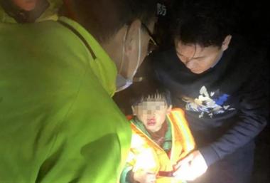 深夜浙江父子驾车坠入冰冷河中,6岁儿子一句话,让老爸..