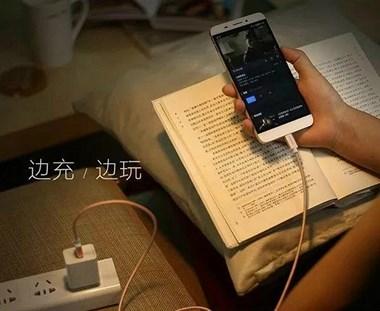 手机边充电边玩,消耗的电量来自电池还是充电器?