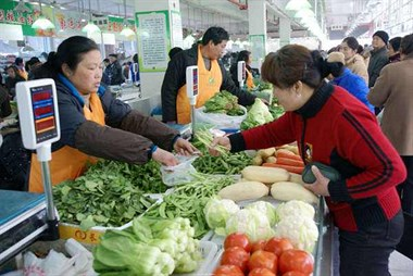 早上中心农贸市场转一圈,发现20多种蔬菜齐刷刷涨价了…