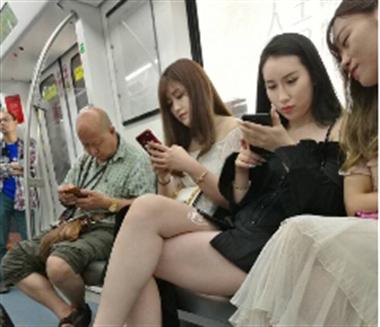 无底线!女大学生地铁遭偷拍胸部,竟被配猥琐点评