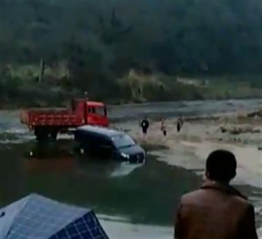 浮梁丰收节太热闹!外地客人为赶来吃饭 车子都开河里了