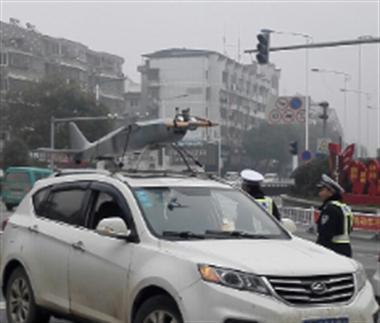 景德镇这车造型太奇葩被交警拦住!车顶竟有一架直升机…