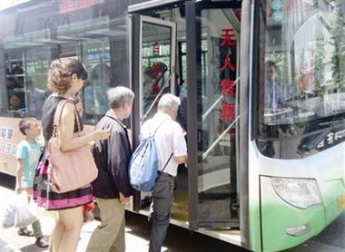 瓷都这中年妇女冒刷老年卡蹭坐公交车!被识破还说乘错了