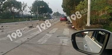 盖北园区附近一电瓶车被撞得粉碎!有一人躺在路边一动不动