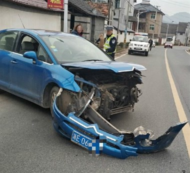 凯迪拉克与雪铁龙撞上,车头严重受损!一看女司机是社友干姐