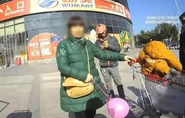 爷爷带孙子逛超市,把娃忘在购物车上自己走了…走了…了…