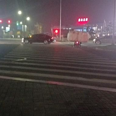 本事杠杠的!万达附近一电瓶车闯红灯,关键是车上还驮着…