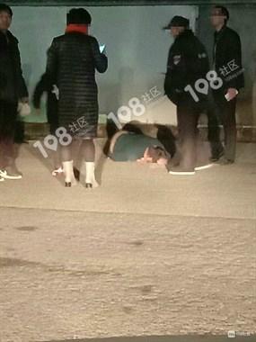 开发区一男子满头是血趴地上,有人看到他是被从车里扔下来的