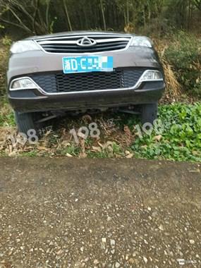 丁宅一小车停在斜坡上,一个不小心就闯祸了!