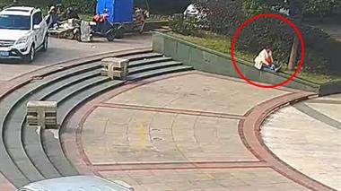 光天化日,温岭一女子被陌生男子按倒强吻…视频曝光