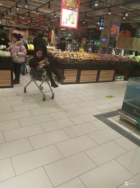 美女你的素质呢!这么大个人坐购物车,还拿手机自拍