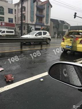 雨天小心!小越一红绿灯口三车相撞,星丰小区一车子侧翻倒地