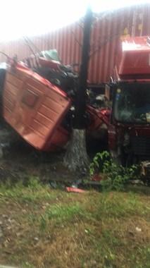 东西大道惨烈车祸!两辆重卡相撞,车子完全变形碎裂!