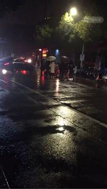 开发区两母女骑电瓶车被撞,妈妈倒在地上起不来