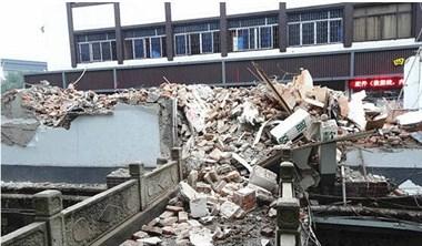 古玩市场拆迁后,河道里建筑垃圾成堆 场面破乱不堪谁的责?