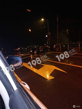 丰惠医院门口昨夜发生车祸!路虎和现代相撞,地上全是血