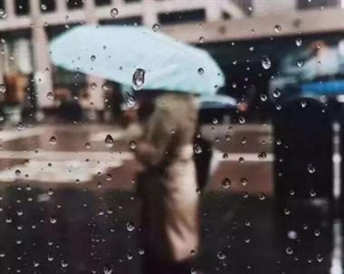 孩子被抱着淋雨,路人都看不下去了,可爸爸却说…