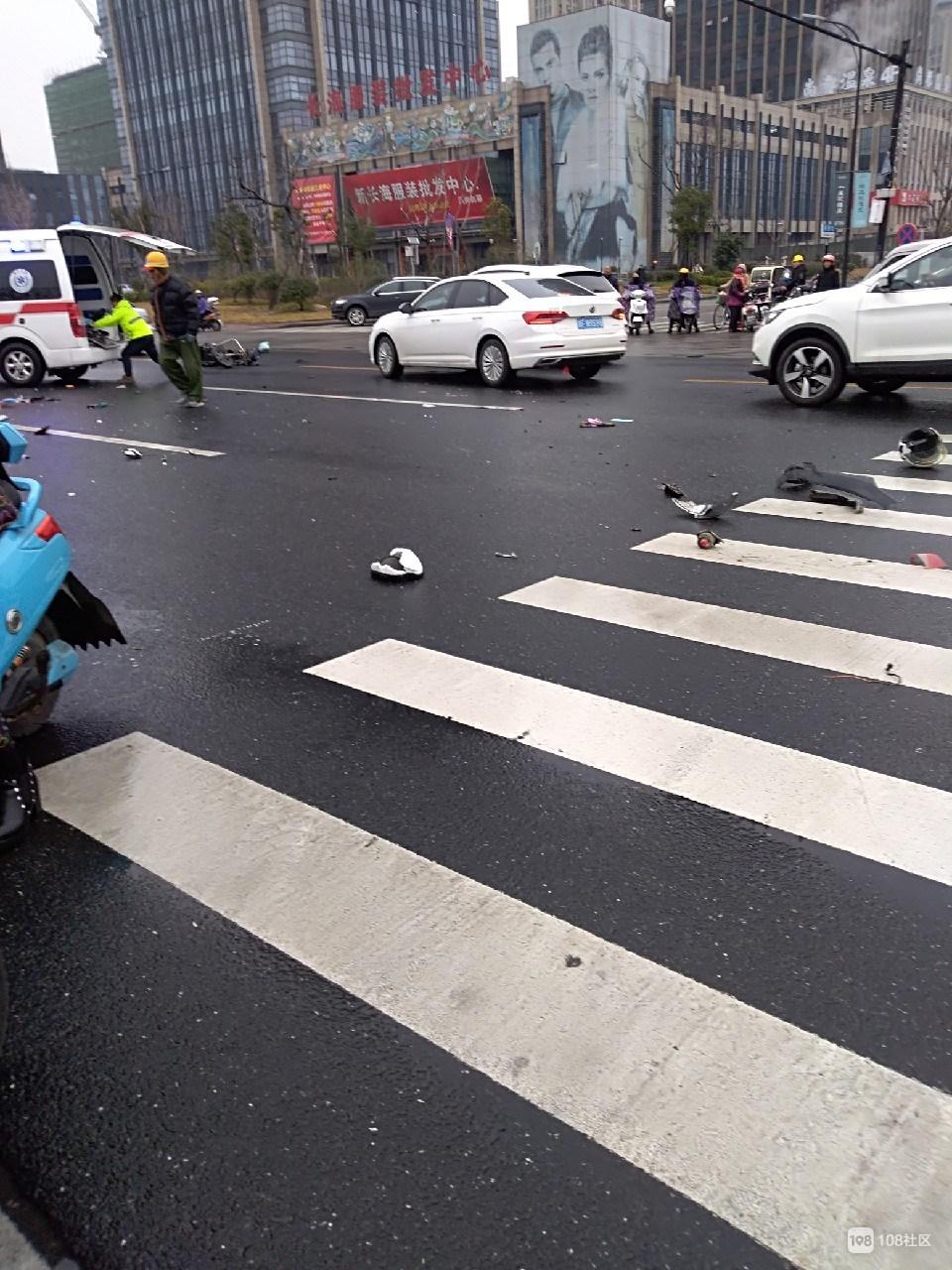 接连发生两起车祸,车被撞碎惨不忍睹!1人伤势较重紧急送医
