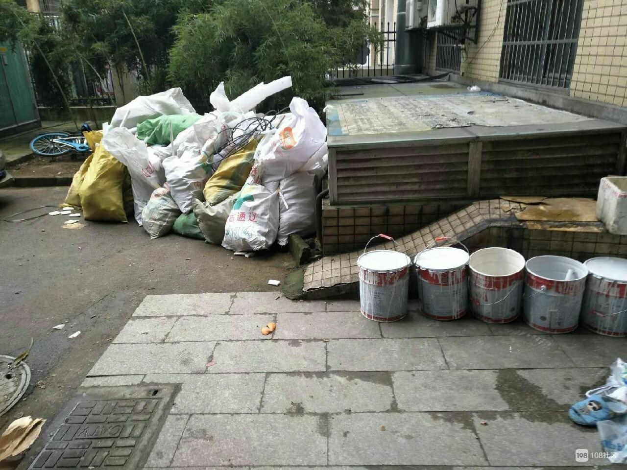 虽然住在小区里,但每天都像住在垃圾场,没人管理吗?